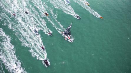 🇯🇵 International ! En coupant la ligne d'arrivée du Vendée Globe après 94 jours en mer, Kojiro Shiraishi 白石康次郎 ( Sailing Team DMG MORI ) devient le premier marin asiatique à boucler un tour du monde en course. Une incroyable course pour le marin japonais qui aurait pu prendre fin lorsque sa grand-voile s'est déchirée seulement 6 jours après le départ.